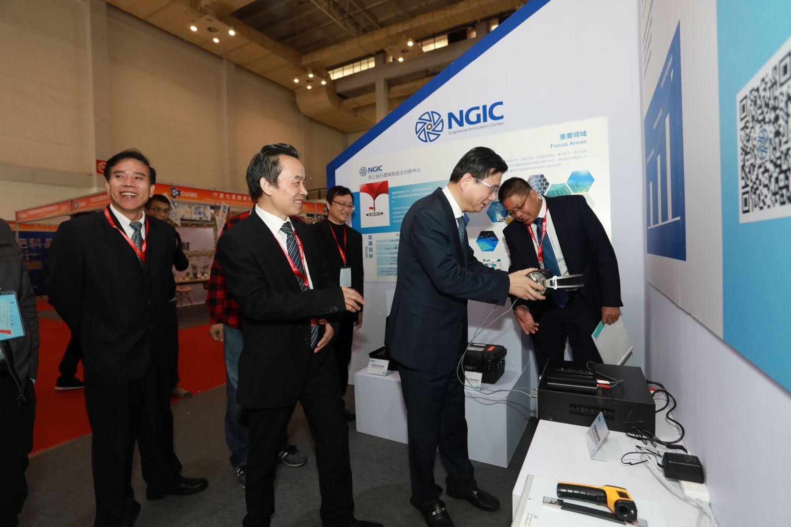 宁波副市长体验吉仓纳米公司最新研发的石墨烯静电耳机