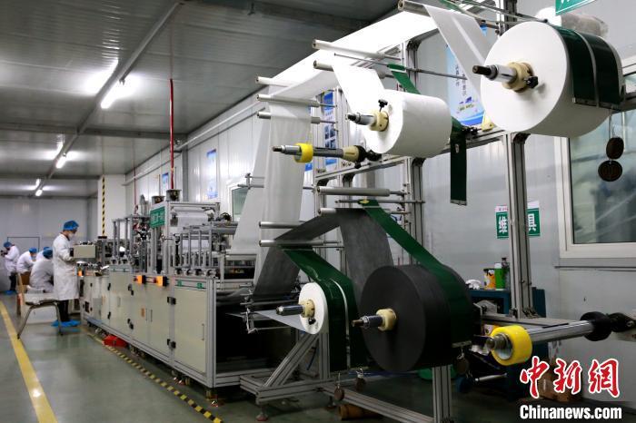 该车间所生产的生物质石墨烯防护口罩达到KN95级别。 梁犇 摄