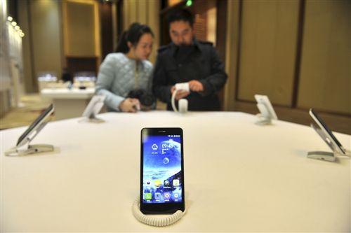 """有点""""酷"""" 全球首批3万部石墨烯手机重庆面世"""