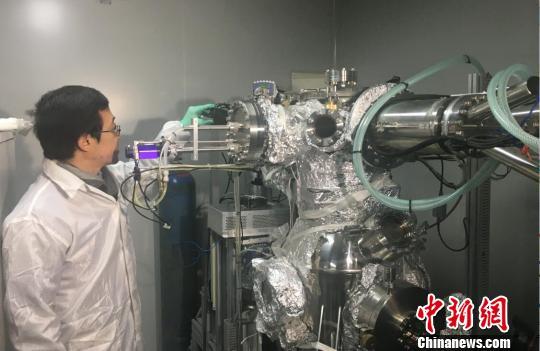 缪峰在实验室对研究仪器进行检测。 申冉 摄