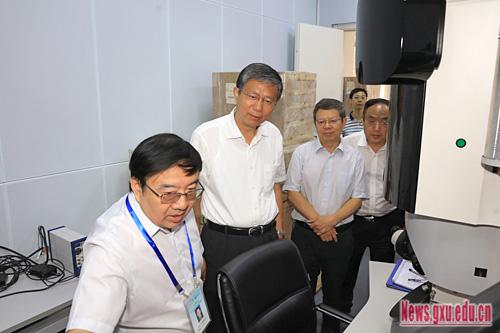 自治区副主席费志荣来广西大学调研石墨烯研发