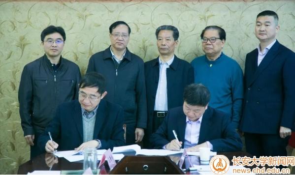 长安大学材料学院与陕西人人聚石墨烯科技有限公司签署战略合作协议并举行挂牌仪式