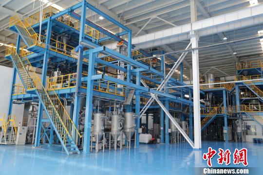 图为已建成的石墨烯三元正极材料生产车间。 杨迪 摄