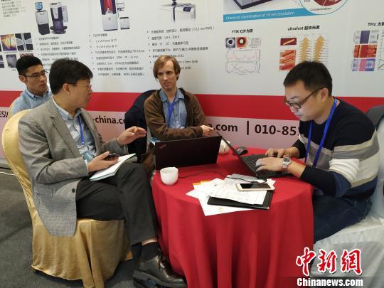 10月24日,石墨烯研究领域专家与石墨烯相关企业代表现场交流。 欧惠兰 摄
