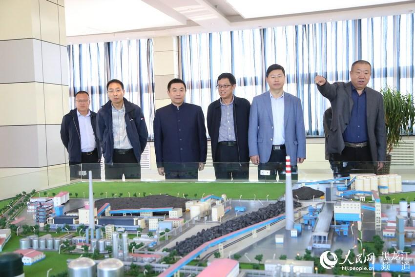 七台河市市长贾君与北京大学院士刘忠范调研宝泰隆产业布局。