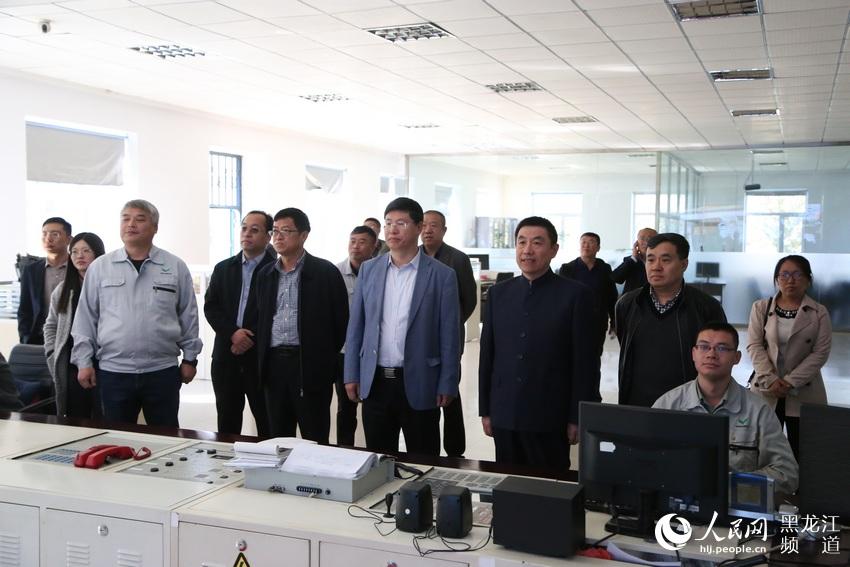 七台河市市长贾君与北京大学院士刘忠范调研双叶家具互联网个性定制。