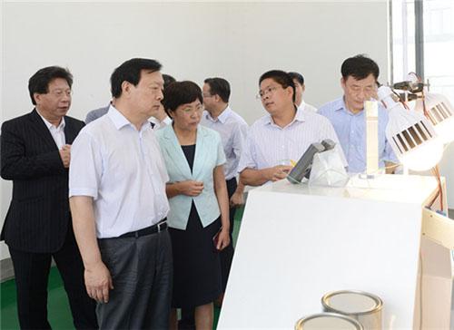 浙江省委书记夏宝龙考察宁波材料所石墨烯项目